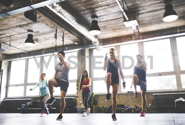Group of young people exercising in gym - HAPF01825 - HalfPoint/Westend61