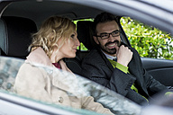 Smiling businessman and businesswoman in car - MAUF01087