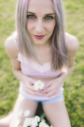 Portrait of smiling young woman with daisies - GIOF02830