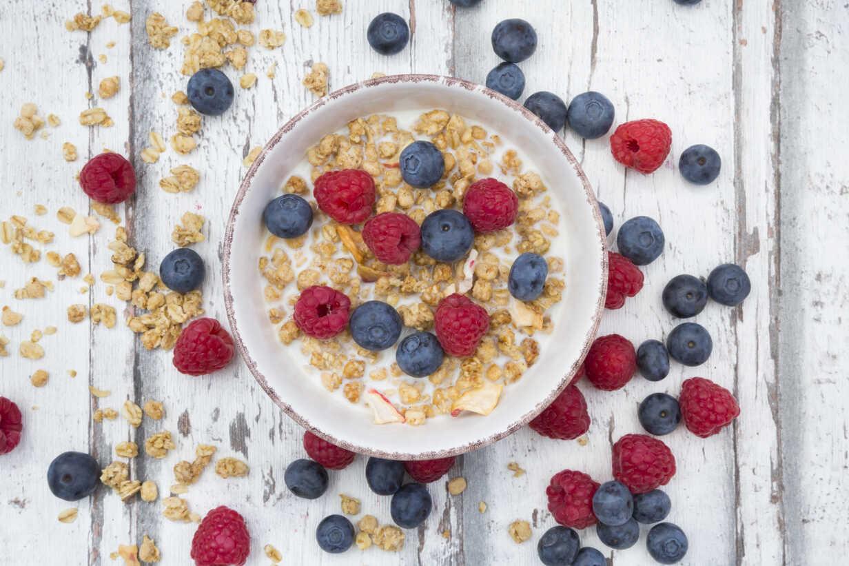 Bowl of granola with raspberries and blueberries - LVF06203 - Larissa Veronesi/Westend61
