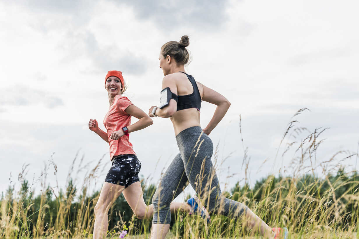 Two women running in the countryside - UUF10925 - Uwe Umstätter/Westend61