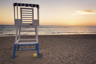 Spain, Tenerife, empty attendant's tower on the beach at sunset - DHCF00083