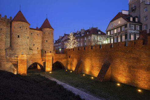 Poland, Warsaw, Old Town at night, illuminated Barbican and city wall - ABOF00201