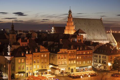 Poland, Warsaw, Old Town houses at dusk in historical city center - ABOF00243