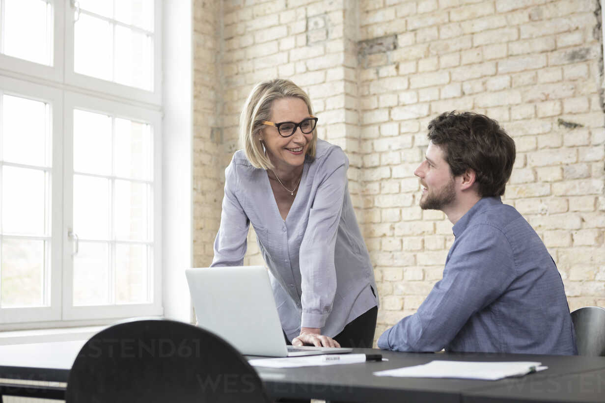 Mature businesswoman working with younger colleague in office - RBF05811 - Rainer Berg/Westend61