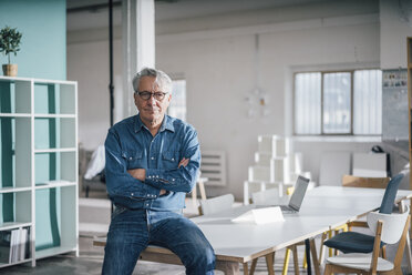 Portrait of confident senior businessman in office - GUSF00020