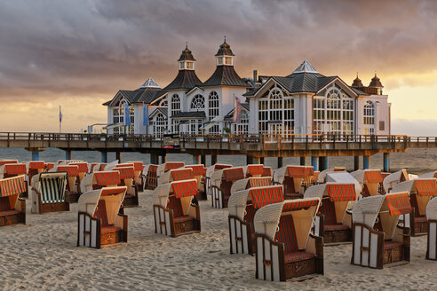 Germany, Mecklenburg-Western Pomerania, Baltic sea seaside resort Sellin, Hooded beach chairs on the beach - GFF00989