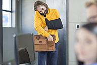 Injured office employee adjusting his bag - ZEF14084