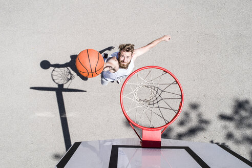 Man playing basketball on outdoor court - MAEF12341