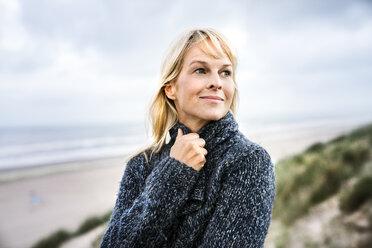 Smiling woman at the sea - FMKF04216