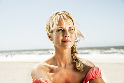 Portrait of woman on the beach - FMKF04234