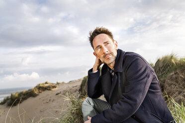 Man sitting in dunes - FMKF04258