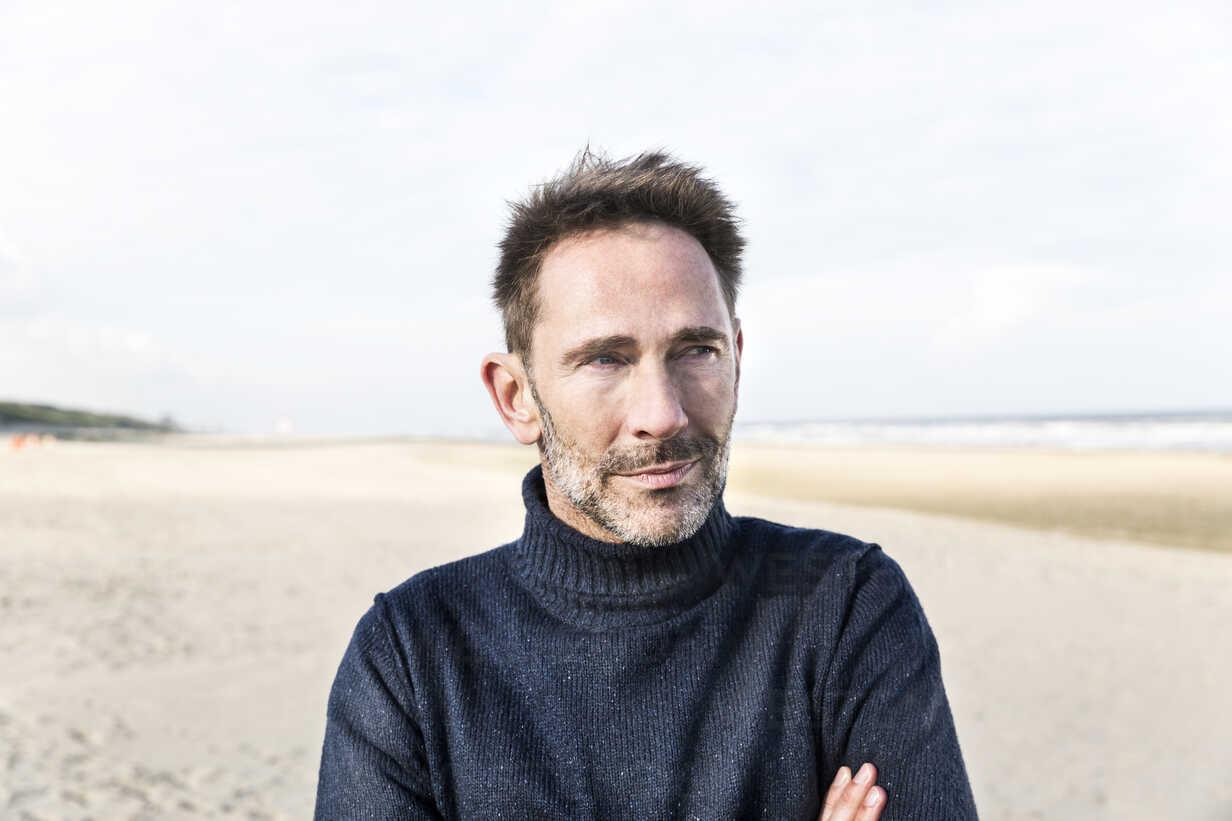 Portrait of smiling man on the beach - FMKF04270 - Jo Kirchherr/Westend61
