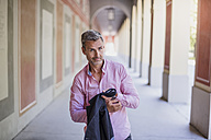 Portrait of confident man in the city - DIGF02578