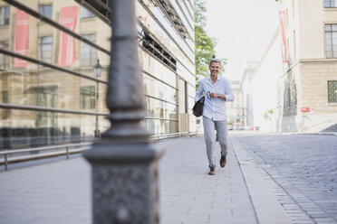 Smiling man walking in the city - DIGF02584
