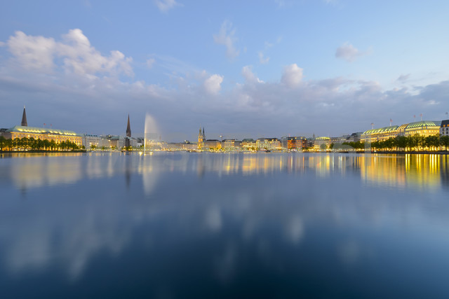 Germany, Hamburg, panoramic view of Inner Alster and Alster fountain in the evening - RJF00709 - Roy Jankowski/Westend61