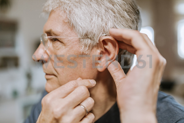Senior man with hearing aid - ZEDF00748