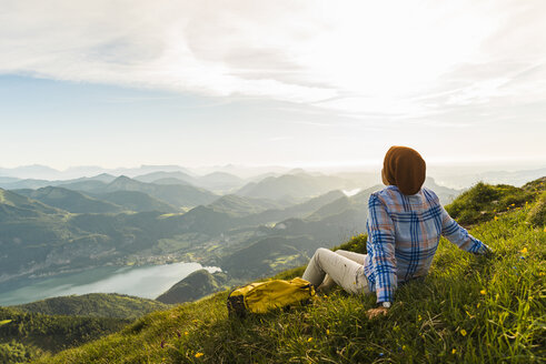 Austria, Salzkammergut, Hiker taking a break, looking over the Alps - UUF10991