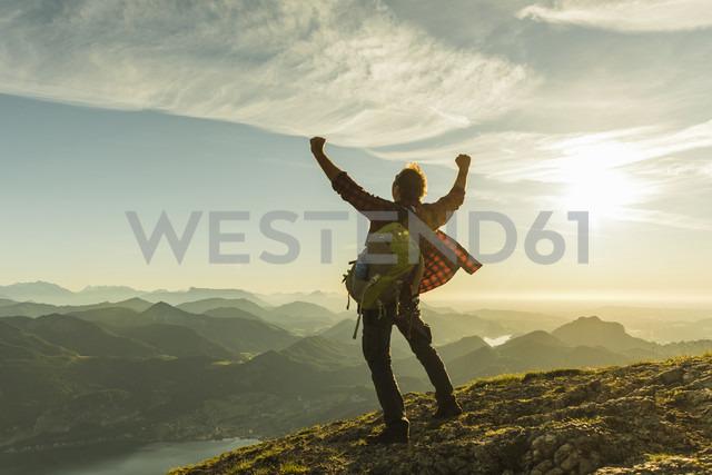 Austria, Salzkammergut, Hiker reaching summit, raising arms, cheering - UUF11006 - Uwe Umstätter/Westend61