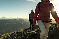 Austria, Salzkammergut, Couple hiking in the mountains - UUF11012