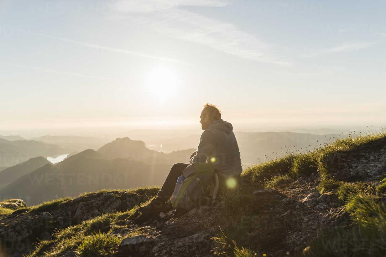 Austria, Salzkammergut, Hiker in the mountains taking a break - UUF11027 - Uwe Umstätter/Westend61