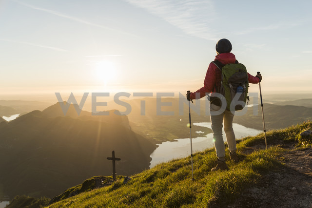 Austrian, Salzkammergut, Woman hiking alone in tha mountains - UUF11033