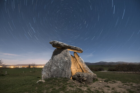 Spain, Alava, Dolmen at starry night - DHCF00101