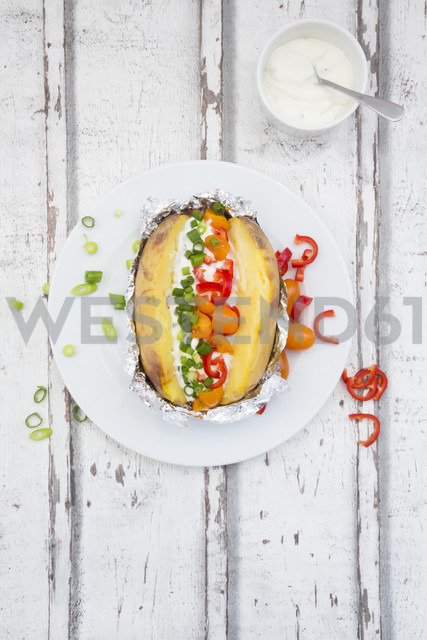 Baked patato with curd and chives, bell pepper, tomato and spring onions - LVF06218