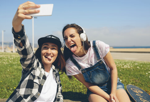 Portrait of two young women taking selfie with smartphone - DAPF00785