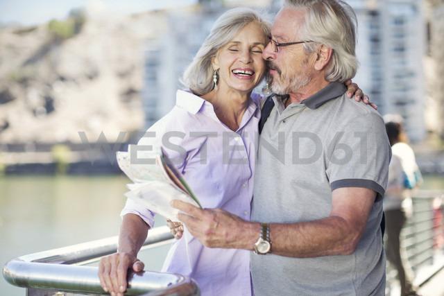Senior couple taking a city break, holding map - ZEF14147 - zerocreatives/Westend61
