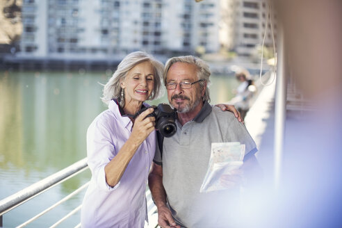 Senior couple taking a city break, taking photos - ZEF14150