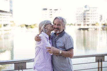 Senior couple taking a city break, kissing and embracing - ZEF14171