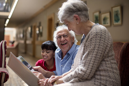 Nurse teaching seniors in retirement home, how to use laptop - ZEF14236