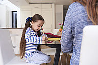 Little girl drawing at table at home - IGGF00010