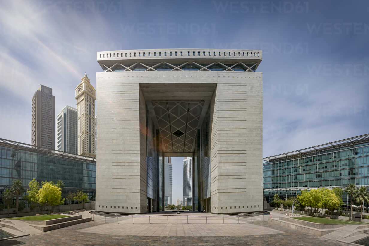 United Arab Emirates, Dubai, Gate Building in the Dubai international Financial Centre - NKF00475 - Stefan Kunert/Westend61