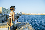 Spain, Andalusia, Cadiz, young woman looking at the sea - KIJF01676