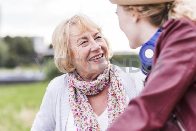 Portrait of happy grandmother talking to her granddaughter - UUF11374 - Uwe Umstätter/Westend61