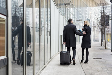 Businessman and businesswoman walking in the city - MAUF01185