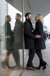 Affectionate business couple in the city - MAUF01200
