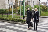 Business couple in the city crossing a street - MAUF01203