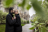 Affectionate business couple in the city - MAUF01206