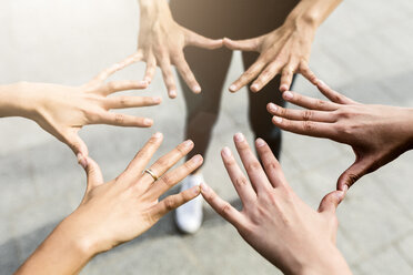Hands of three women - GIOF02995