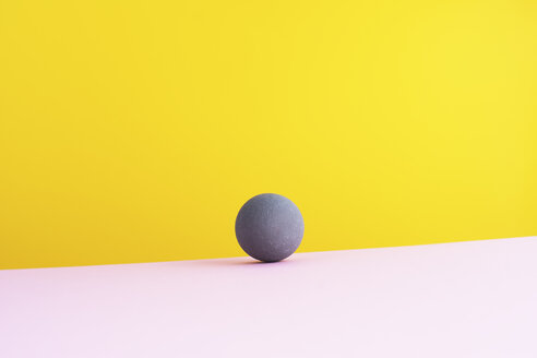 Sphere against yellow background, 3D Rendering - DRBF00001