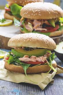 Salmon burger with avocado, rocket salad and yoghurt sauce - ODF01530