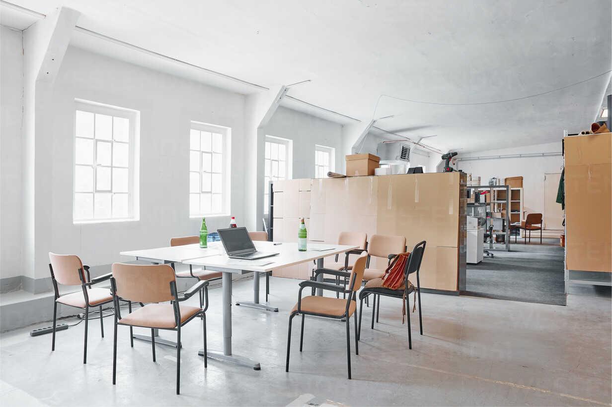 Laptop on table in break room - RHF02017 - Rainer Holz/Westend61