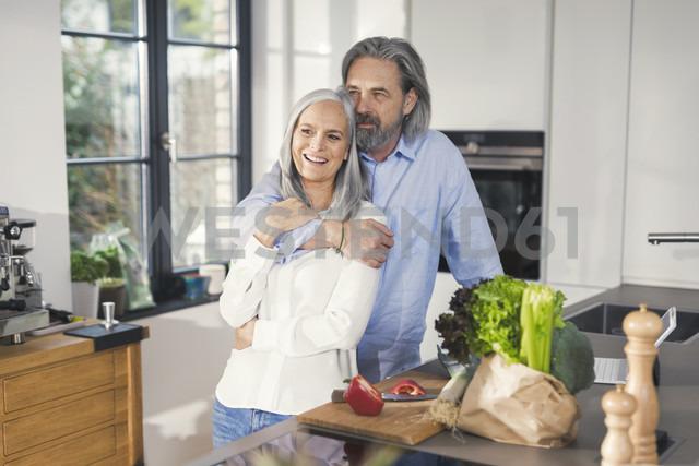 Happy senior couple preparing food in kitchen - SBOF00498 - Steve Brookland/Westend61