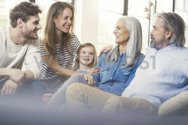 Extended family sitting on couch, smiling happily - SBOF00522 - Steve Brookland/Westend61