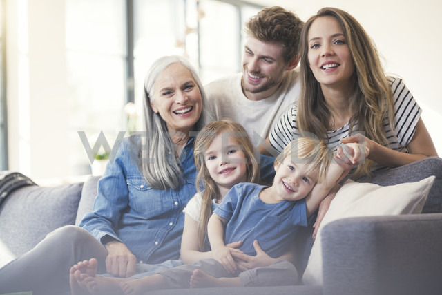 Extended family sitting on couch, smiling happily - SBOF00546 - Steve Brookland/Westend61