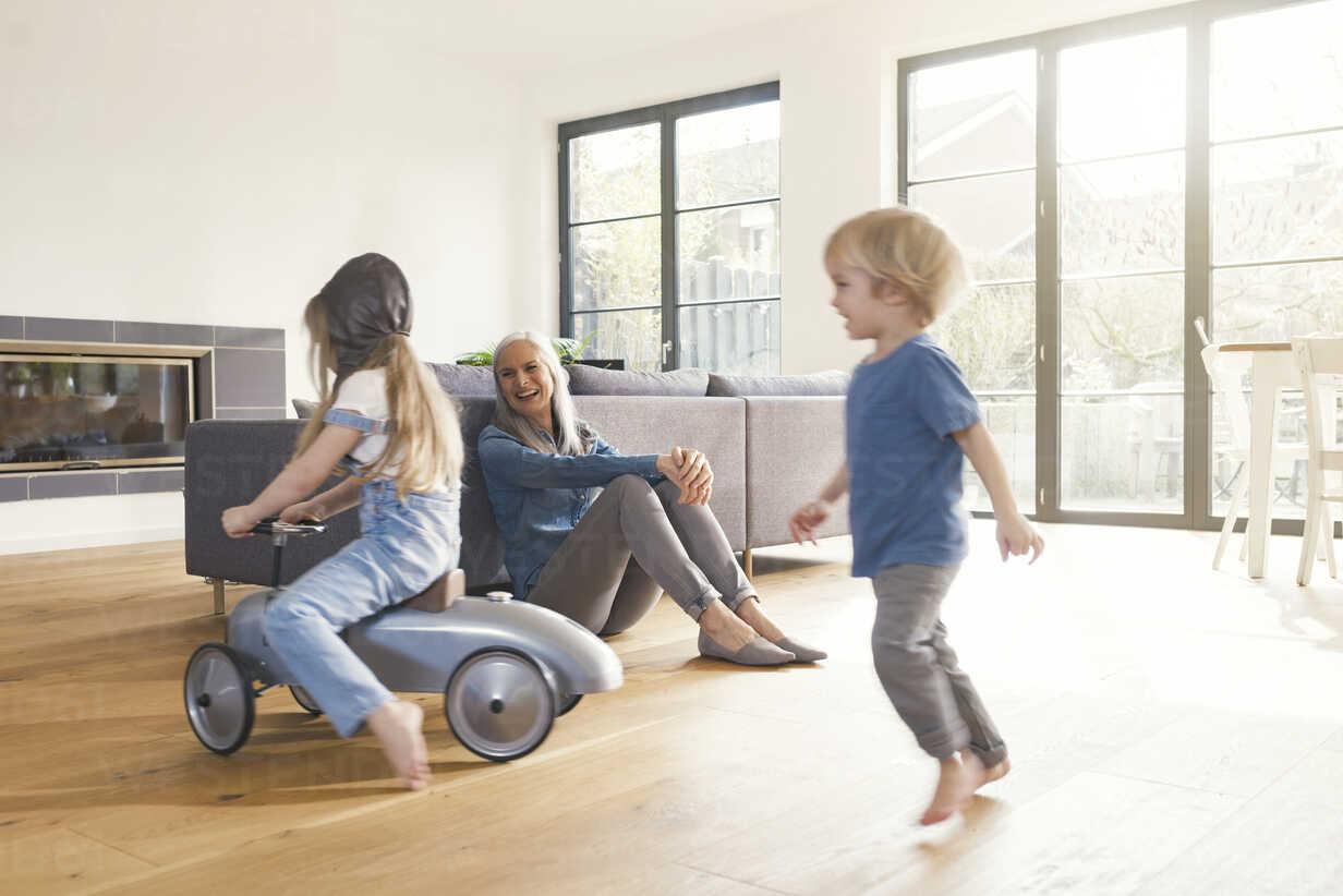 Grandparents observing grandmother, playing in livingroom - SBOF00558 - Steve Brookland/Westend61