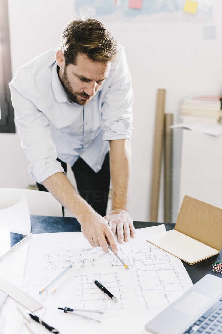 Architect working on construction plan - GIOF03038 - Giorgio Fochesato/Westend61